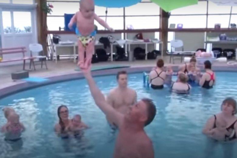Kontrowersyjna metoda Snorri Magnusson. Stawianie dzieci na dłoni.