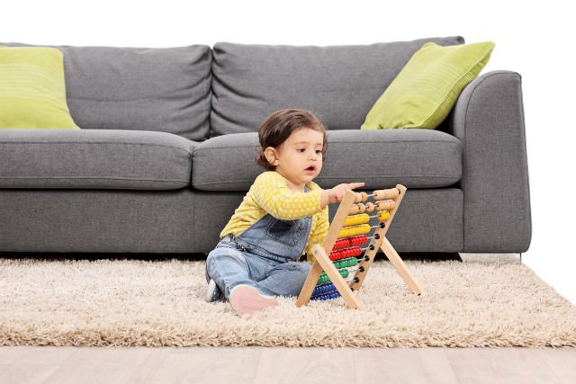 W rozwoju sensorycznym dziecka ważne są zabawy angażujące jego zmysły.