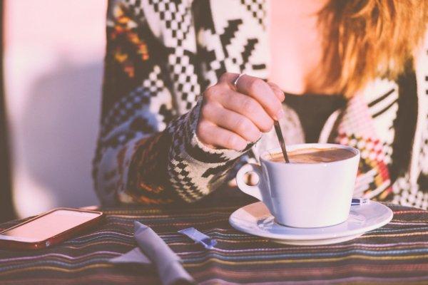 Fot. Pexels / [url=https://www.pexels.com/photo/restaurant-person-woman-coffee-6481/]stokpic.com[/url]/[url=https://www.pexels.com/photo-license/]CC0 License[/url]
