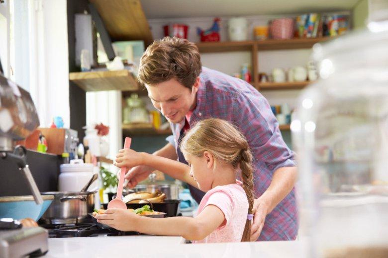 Gotowanie uczy dzieci planowania i koncentracji na wykonywanej czynności, a w przypadku udanej potrawy poprawia ich poczucie własnej wartości