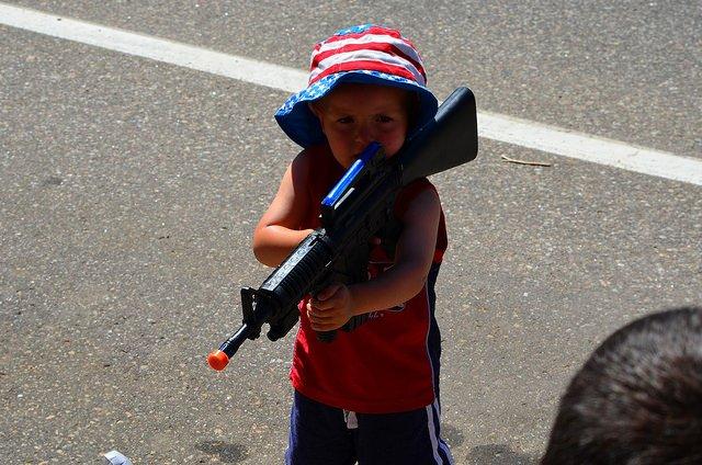 Prędzej, czy później dziecko zobaczy zabawkową broń i dowie się jak można się nią bawić