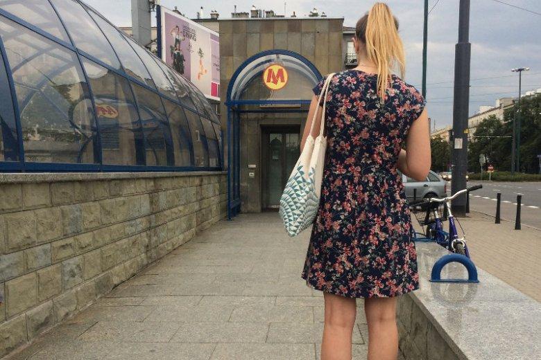Trwa walka o to, aby przy każdej windzie, na stacji metra zawisła informacja z numerem telefonu do dyżurnego ruchu.