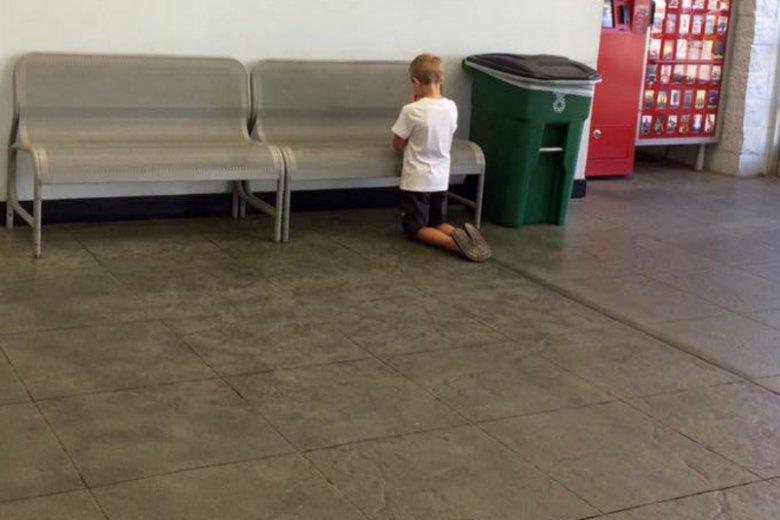 Mama odnalazła 7-letniego syna klęczącego w centrum handlowym.