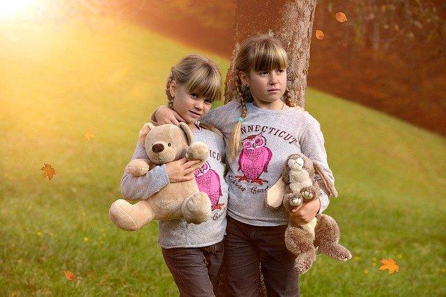 Fot. Pixabay/ [url=http://pixabay.com/pl/dzieci-dziewczyna-blond-625025/]Pezibear[/url] / [url= http://pixabay.com/pl/service/terms/#download_terms]CC O[/url] Przyjaciółki: Lena i lena