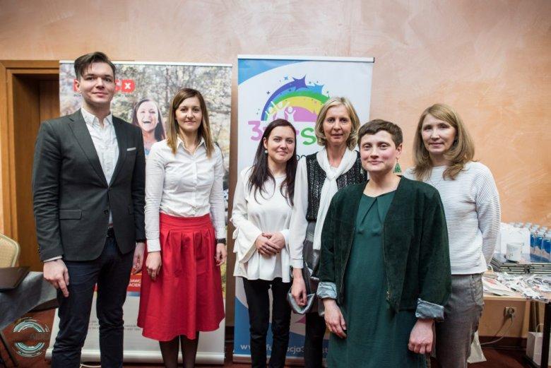 Na zdjęciu od lewej strony: Wojciech Niewinowski, Teresa Szewczyk, Klaudia Czapkiewicz-Ziółek, Urszula Dąbrowska-Czapkiewicz, Ewa Nawrot, Pani Beata
