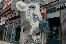 Część kobiet zupełnie nie zgadza się z pomysłem na rzeźbę, przedstawiającą zapracowaną kobietę.