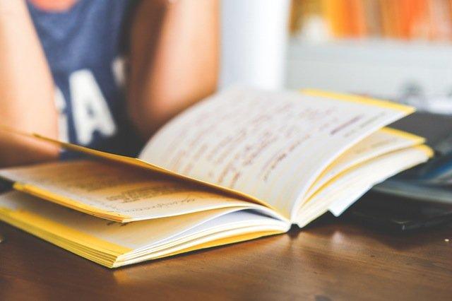 Fot. Pexels / [url=http://kaboompics.com/one_foto/858/girl-reading-a-notebook]kaboompicks.com[/url] / [url=https://www.pexels.com/photo-license/]CC0 License[/url]