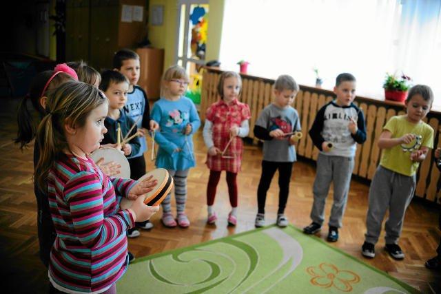 Od zeszłego roku w wielu przedszkolach rytmikę prowadzą panie przedszkolanki a nie absolwenci szkół muzycznych