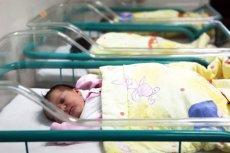 Urodziła bliźnięta w odstępie 30 minut, a mimo to jedno jest... rok starsze