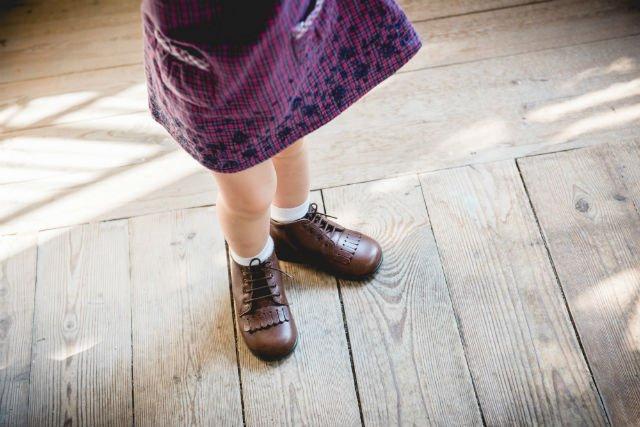 Ważne, żeby dziecko nie chodziło boso po płaskich powierzchniach. Ucząc się chodzić w domu, powinno mieć dobrane odpowiednie buty.