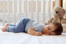 Dzieci uwielbiają spać w tej pozycji