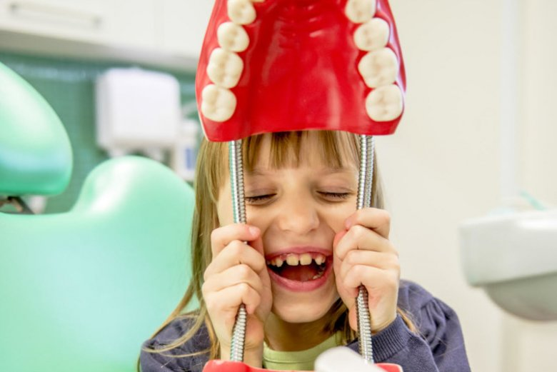 Pierwsza wizyta u stomatologa wywołuje w każdym dziecku lęk. Przedstawiamy praktyczne porady, jak pomóc maluchowi zwalczyć strach i sprawić, by na myśl o dentyście nie cierpła mu skóra.