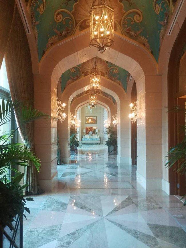Tak wygląda hall w najdroższym pokoju na świecie.