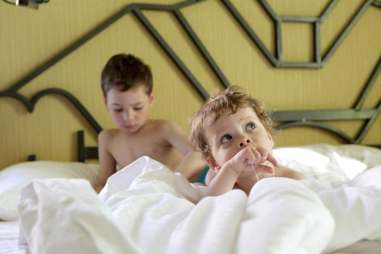 """Gotowość do zajęcia własnego miejsca do snu można """"wyczytać"""" z zachowania dziecka."""
