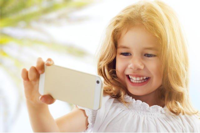 Telefony komórkowe w rękach dzieci