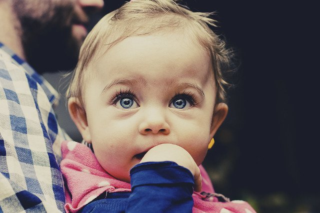 Fot. Pixabay / [url=https://pixabay.com/en/baby-child-toddler-looking-girl-933097/]tookapic[/url] / [url=https://pixabay.com/service/terms/#usage]CC0 Public Domain[/url]