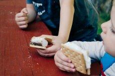 Przekąski dla dziecka - jedzą ich więcej niż spalają podczas gry w piłkę