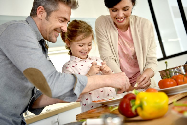 Wspólne gotowanie to jeden ze sposobów na zaznajomienie dziecka z mniej popularnymi produktami w rodzaju warzyw czy owoców