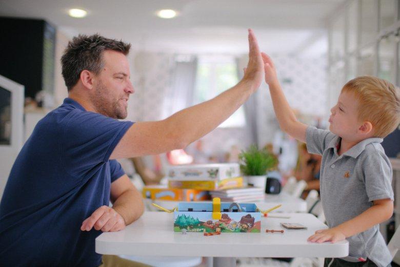 Jak odciągnąć dziecko od smartfonu, tabletu czy komputera? Towarzyskie gry planszowe i rozwijające wyobraźnię komiksy paragrafowe to warte rozważenia alternatywy dla elektronicznych zabawek.