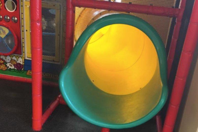 Matka dziecka ze specjalnymi potrzebami przez kilka godzin próbowała nakłonić go do zejścia z zabawki.