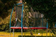 Trampolina to popularny prezent na Dzień Dziecka. Jak z niej bezpiecznie korzystać?