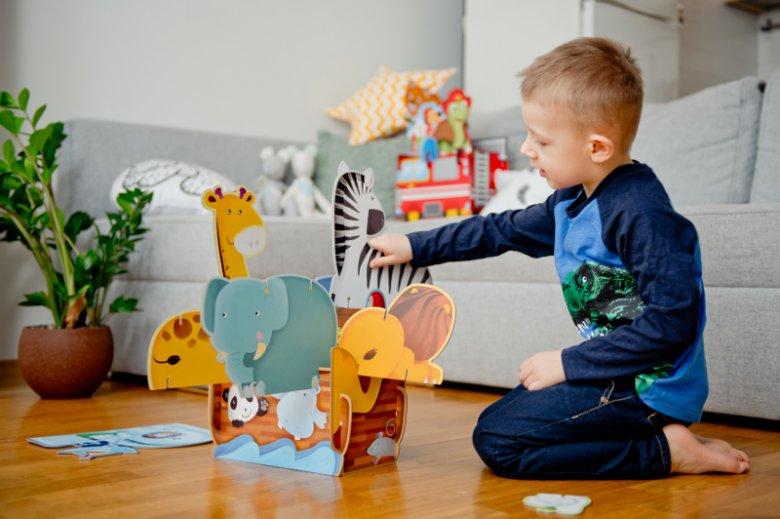 W serii ''Składaj i baw się'' znajdziemy 4 różne zestawy puzzli przestrzennych. Jednym z nich jest ''Arka Noego'', dzięki której maluch odtworzy biblijny statek, który ocalił przed potopem zwierzęta