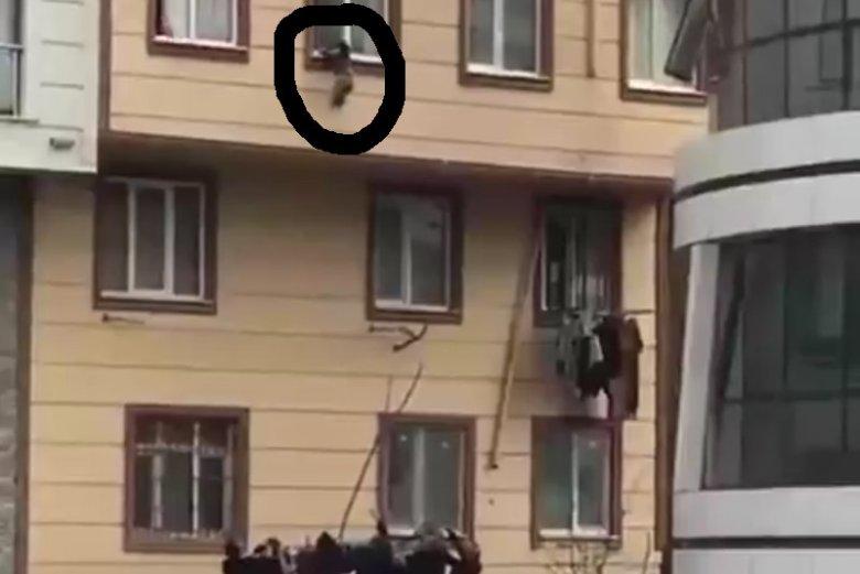 Dziecko wychodzi przez okno, przechodnie uratowali mu życie.