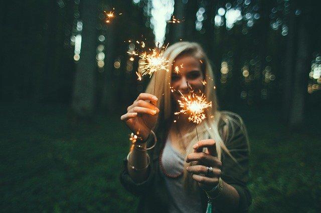 Fot. Pixabay / [url=https://pixabay.com/en/girl-sparklers-fireworks-blonde-984155/]Unsplash[/url] / [url=https://pixabay.com/en/service/terms/#usage]CC0 Public Domain[/url]