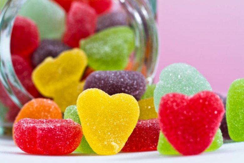 W syropach poprawiających odporność mogą znajdować się te same substancje, co w mieniących się wszystkimi kolorami tęczy słodyczach.