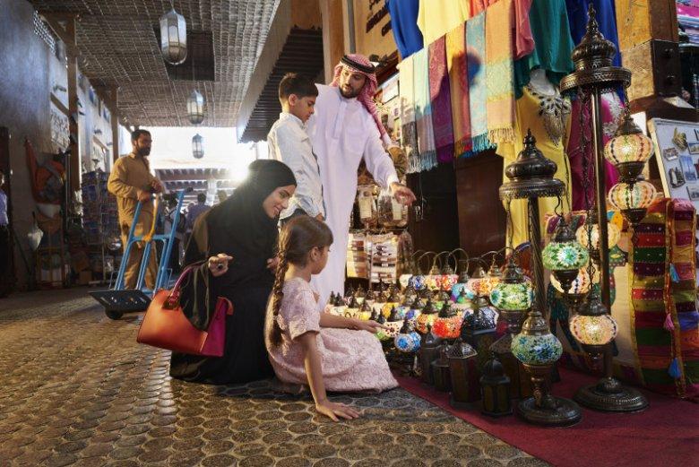 W Dubaju klimatyzowane są również nierzadko sklepiki działające na  tradycyjnych bazarach