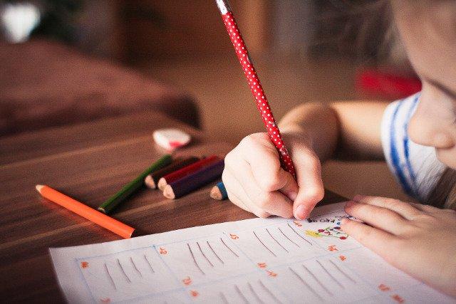 Fot. Pixabay / [url=https://pixabay.com/en/child-kid-play-tranquil-study-865116/]picjumbo[/url] / [url=https://pixabay.com/en/service/terms/#usage]CC0 Public Domain[/url]