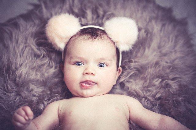 Fot. Pixabay / [url=https://pixabay.com/en/baby-funny-hairband-brown-coat-1232248/]reina_zulauf[/url] / [urlhttps://pixabay.com/en/service/terms/#usage=]CC0 Public Domain[/url]