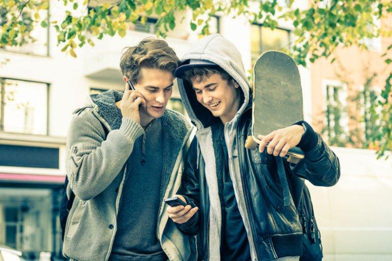 Młodzież wysyła sobie pociski na Messengerze.