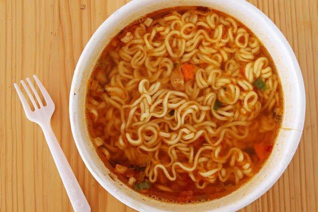 Jak nasz żołądek trawi makaron z zupki chińskiej?