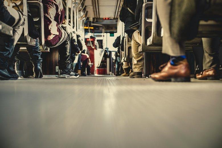 [url=http://pixabay.com/pl/autobusem-transportu-ludzie-690508/]Pixabay[/url] / [url=http://pixabay.com/pl/service/terms/#download_terms]CC O[/url] Pomogła dziewczynka, dorośli wysiadali z autobusu.