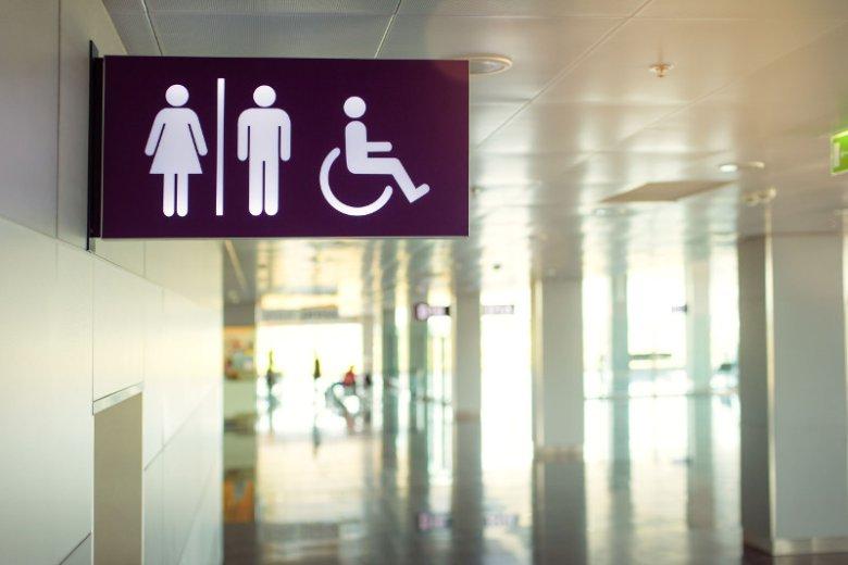 Czy ojciec ma prawo wejść z córką do damskiej toalety?