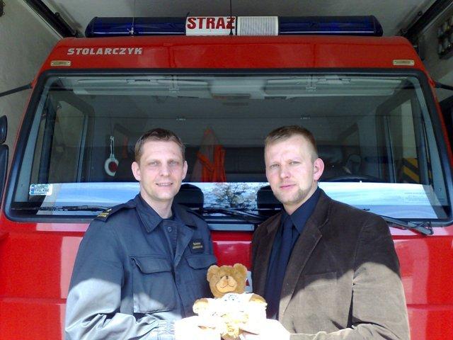 """Stowarzyszenie """"Ratujmy życie"""" przekazało misie strażakom w Słupcy"""
