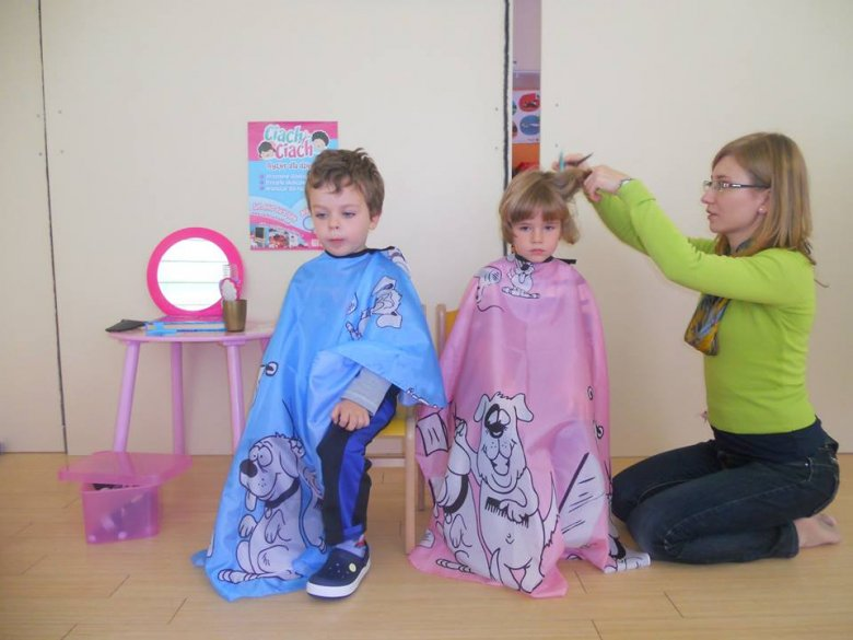Przy takim podejściu zwiększa się szansa, że wizyta u fryzjera będzie traktowana przez dziecko tak jak wyjście do kina, wesołego miasteczka lub na basen.