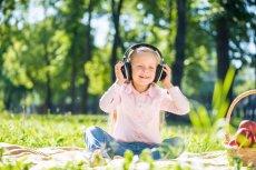 Przypominanie sobie utworów, których słuchaliśmy będąc dziećmi może być świetną zabawą