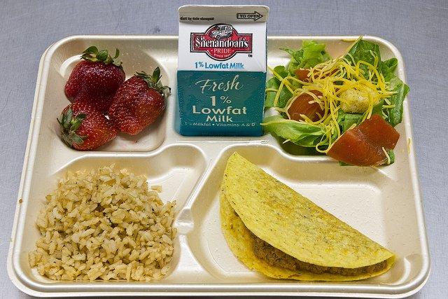 Tak wygląda szkolny obiad w Stanach Zjednoczonych.