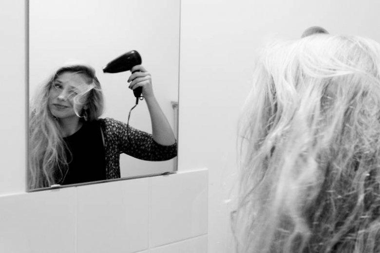 Kiedy nie używa się odżywek, a codziennie myje i suszy włosy ich kondycja jest coraz gorsza. Zniszczone - postarzają całą twarz