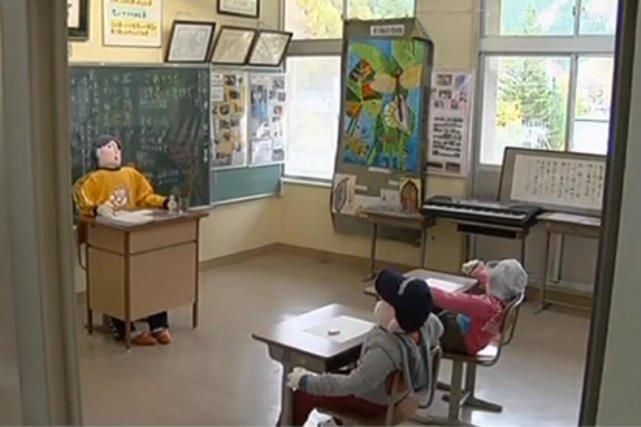 Dzieci w Japonii jest już tak mało, że zamiast nich w szkolnych ławkach siedzą lalki