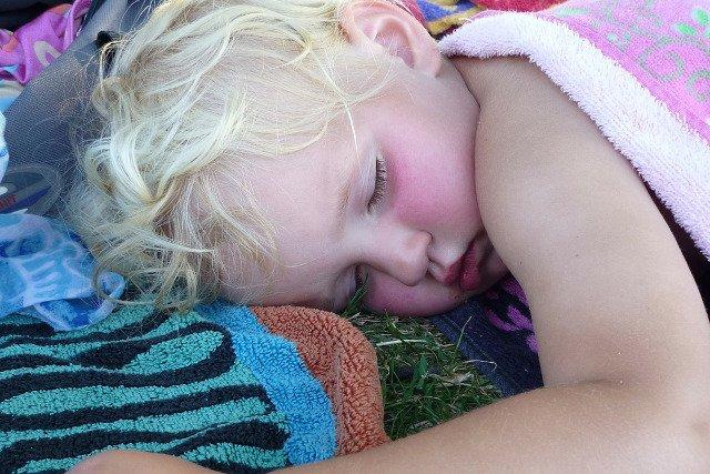 Fot. Pixabay / [url=https://pixabay.com/en/sleeping-child-girl-sleep-towel-340277/]EME[/url] / [url=https://pixabay.com/en/service/terms/#usage]CC0 Public Domain[/url]