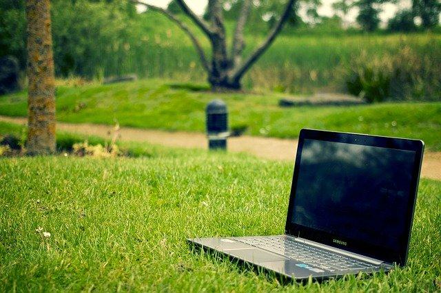 Fot. Pixabay/ [url=http://pixabay.com/pl/notatnik-laptop-pracy-pc-komputer-405755/]Picography[/url] / [url= http://pixabay.com/pl/service/terms/#download_terms]CC O[/url] Zarabiaj przez internet. Bądź sama sobie szefem.