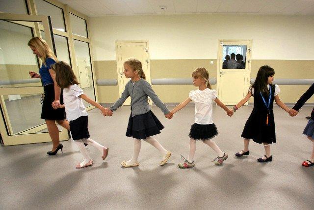 """Nie każda szkoła stawia na chodzenie w parach i uśmiech. Są i zwolennicy bardziej """"przejrzystych"""" zasad i metod."""
