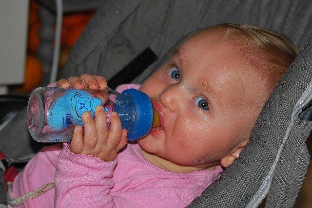 Fot. Flickr / [url=http://pixabay.com/en/baby-drinking-people-child-228434/]Ben_Kerckx[/url] / [url=http://pixabay.com/en/service/terms/#download_terms]CC0 Public Domain[/url]