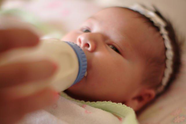 Przygotowanie mleka dla dziecka jest prostsze, kiedy ma się samonagrzewającą się butelkę.