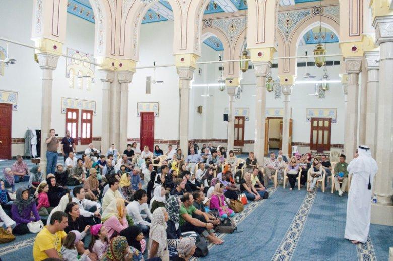 Centrum Porozumienia Kulturowego Sheikh Mohammed (SMCCU) przybliża obcokrajowcom kulturę i tradycję Zjednoczonych Emiratów Arabskich. Na zdjęciu zorganizowana przez towarzystwo wycieczka  do meczetu Jumeirah