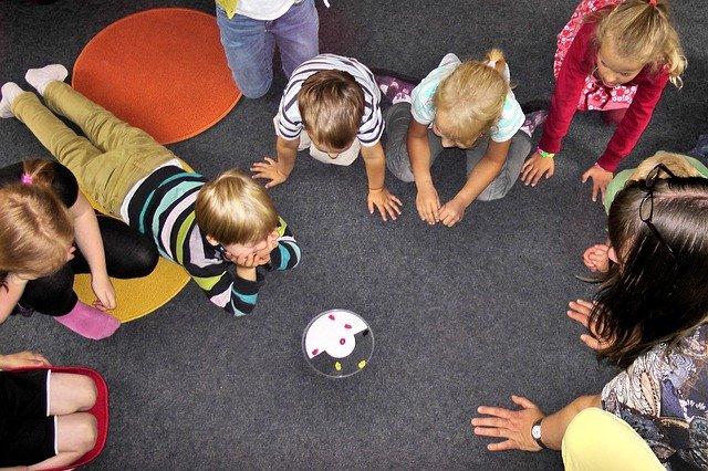 Fot. Pixabay/ [url=https://pixabay.com/pl/przedszkola-dzieci-grać-zabawa-504672/]Regenwolke0[/url] / [url=https://pixabay.com/pl/service/terms/#usage]CC0 Public Domain[/url]