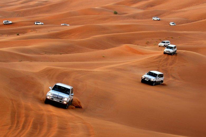 Off-roading to podnoszące adrenalinę przejażdżki samochodem z napędem na cztery koła po piaszczystych wydmach